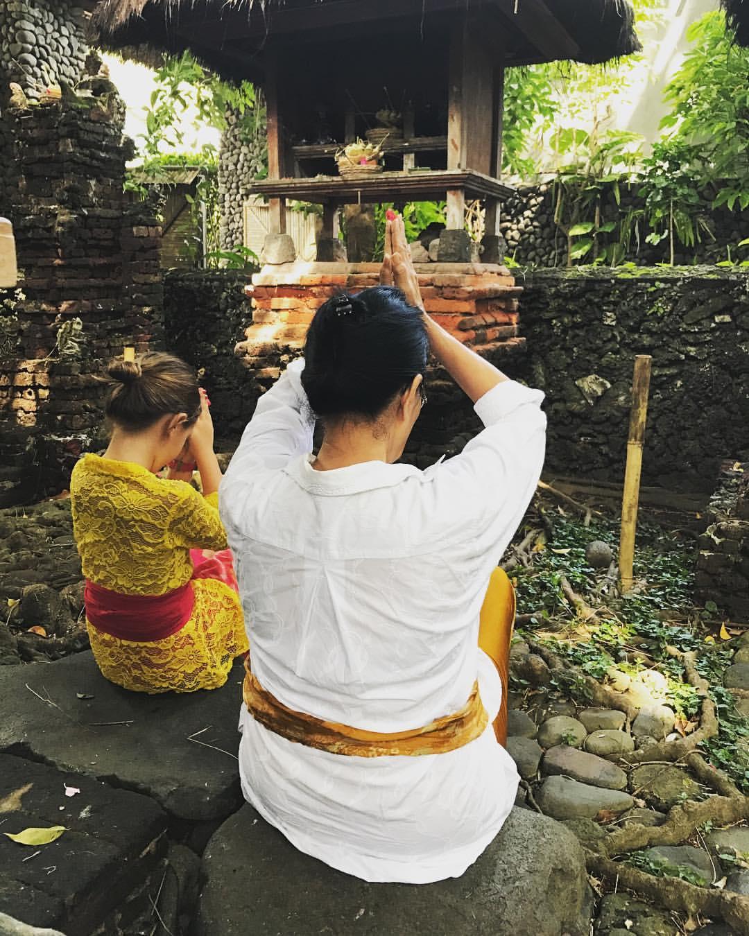 Mädchen beim Beten im Hindu-Tempel auf Bali