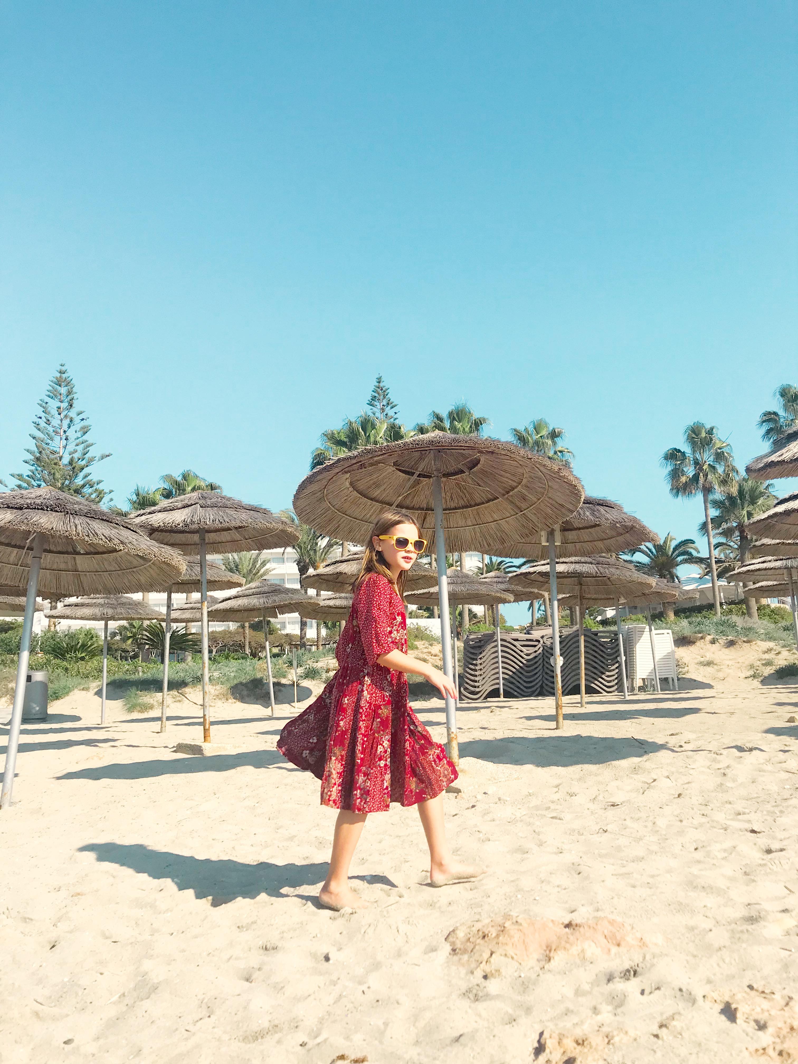 My gypsy babe am Strand von Nissi Beach, Zypern, Dezember 2018.
