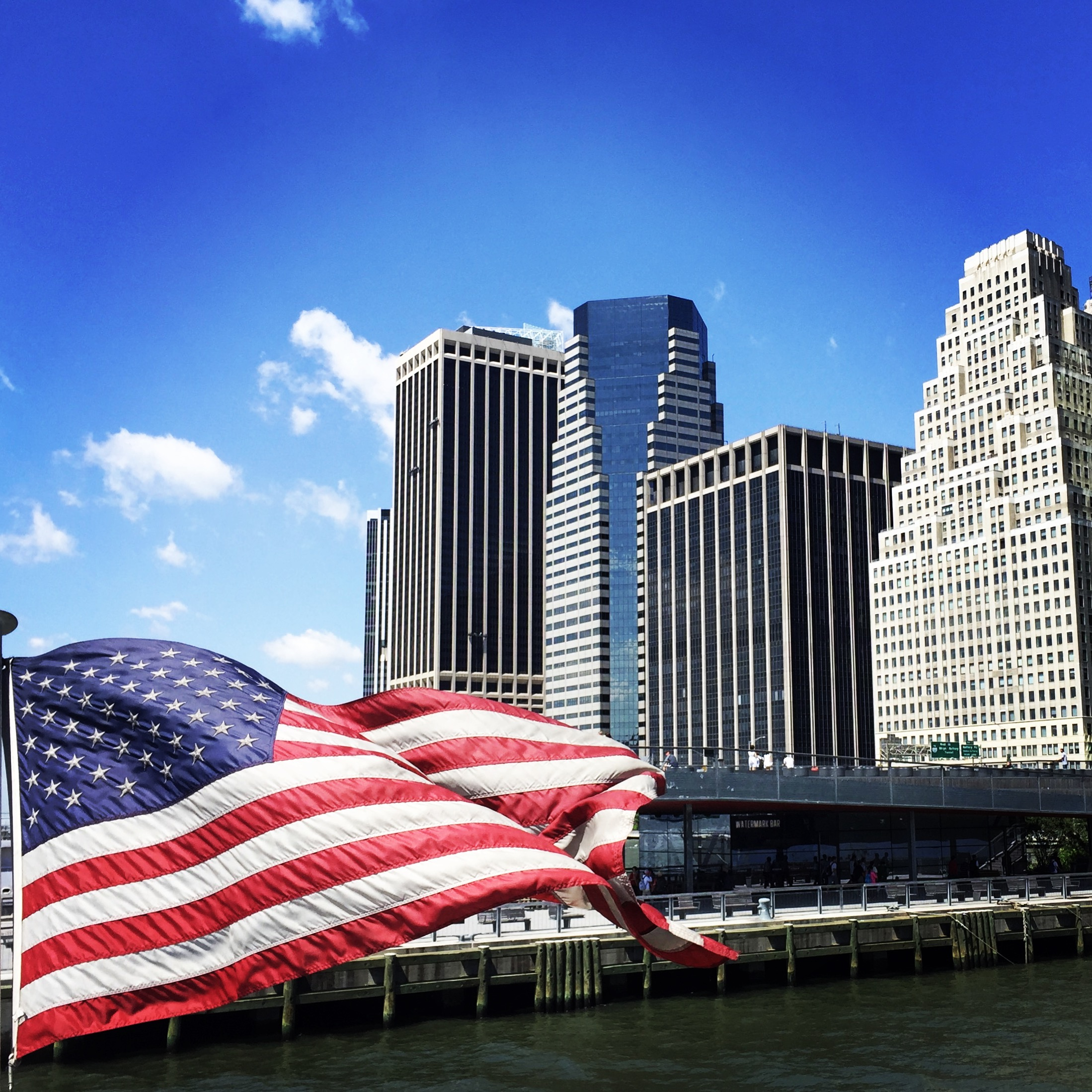Ansicht von New York City mit amerikanischer Flagge