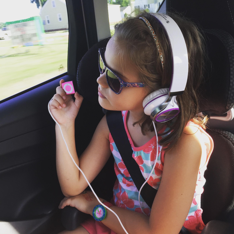 Mädchen hört Musik mit Kopfhörern und Sonnenbrille
