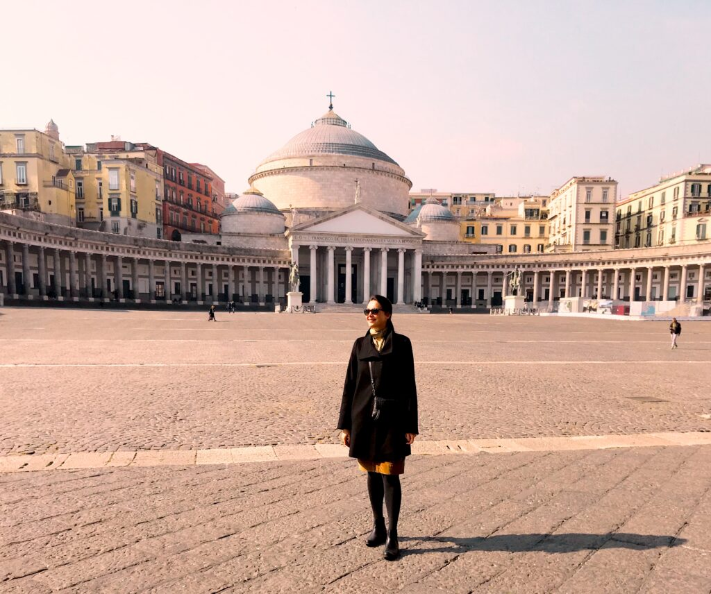 Neapel Frau steht am Piazza Plebiscito, Panorama von Piazza