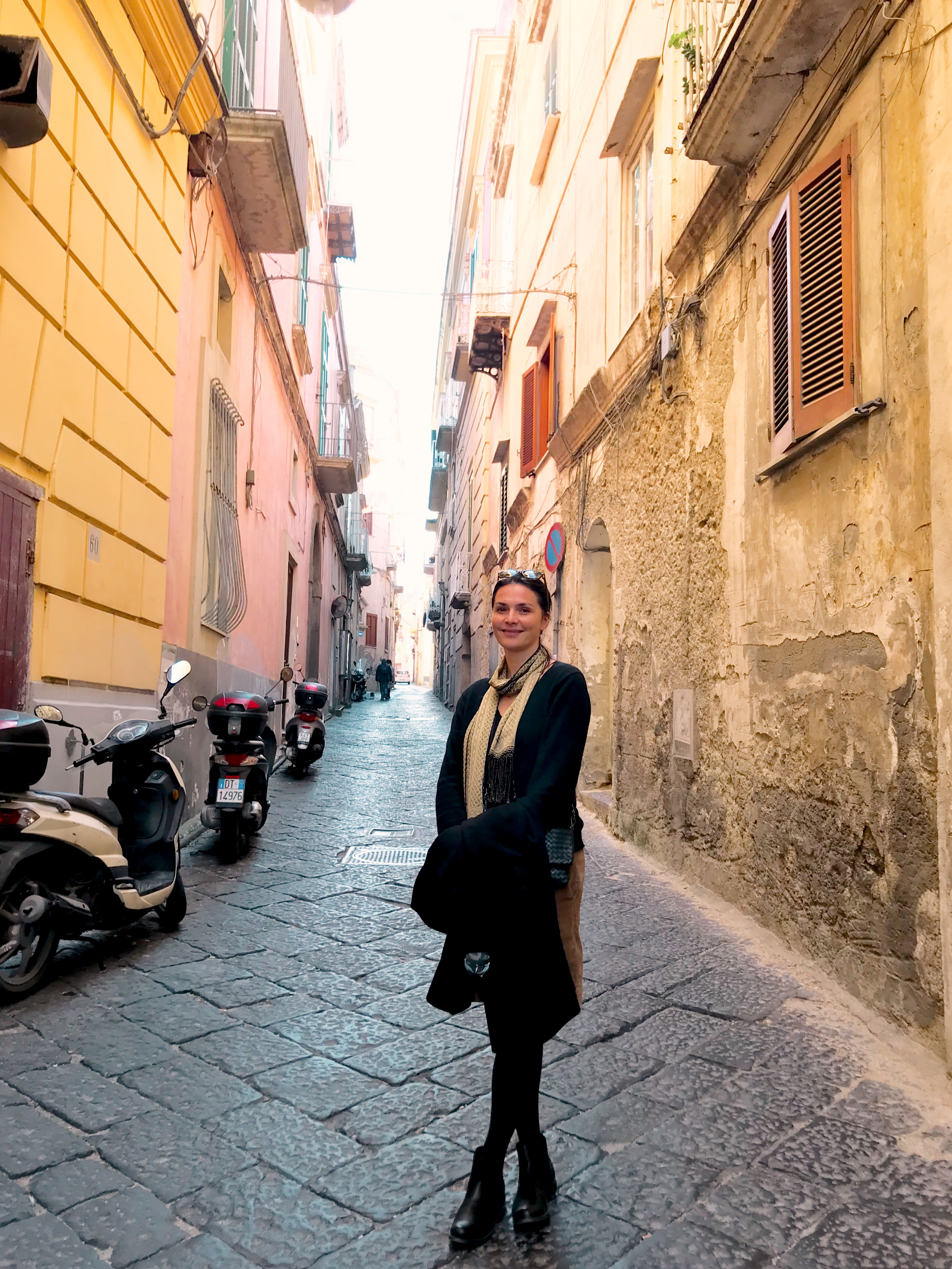 Enge Gassen von Neapel, Frau in Neapel